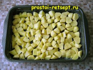 Запеченная курица с картошкой: выкладываем картошку в форму