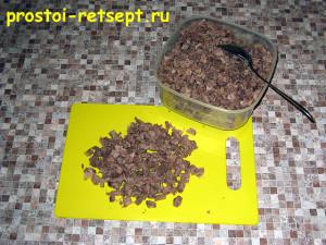 Рецепт салата Оливье: мясо отварить, остудить, покрошить