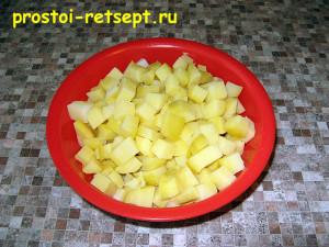 Рецепт салата Оливье: остывший картофель нарезать кубиками