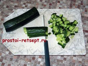 Рецепт салата Оливье: огурцы нарезать кубиками