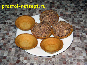 Салат с говяжьим языком: разложить салат в тарталетки