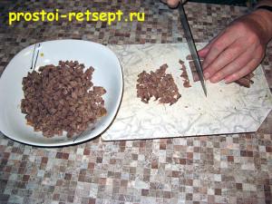 Салат с говяжьим языком: говядину мелко покрошить