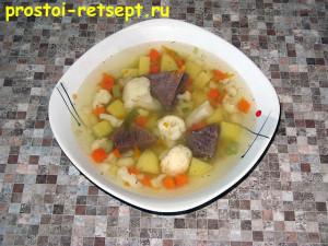 Суп из замороженных овощей в тарелке