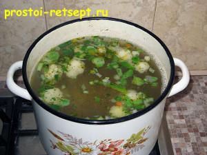 Суп из замороженных овощей: высыпать овощи в кипящий бульон