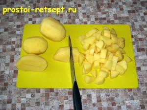 Суп из замороженных овощей: очистить и нарезать картофель