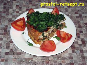 Куриная запеканка: кусок на тарелке