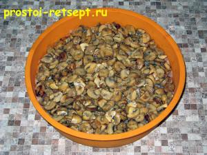 Куриная запеканка: выложить грибы на фарш