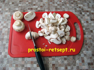 Куриная запеканка: очистить и нарезать грибы