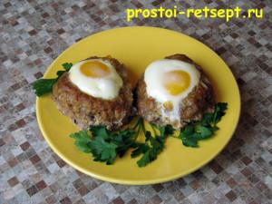 блюдо из фарша в духовке гнёзда с яйцами на тарелке