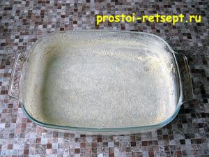 Запеканка из картофеля с фаршем: форму смазать и присыпать сухарями