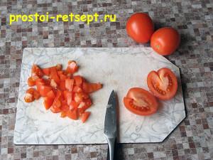 Запеканка из картофеля с фаршем: помидоры нарезать кубиками