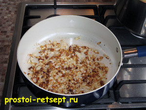 Запеканка из картофеля с фаршем: лук обжарить до золотистого цвета