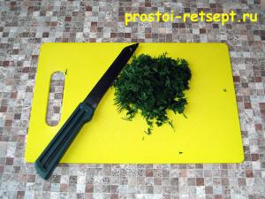 пирог с курицей и грибами: нарезать укроп