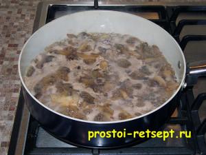 пирог с курицей и грибами: грибы кипят в сковороде
