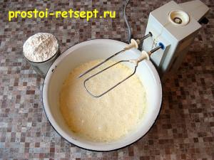 пирог с курицей и грибами: добавить муку и замесить жидкое тесто