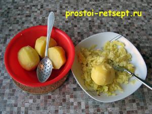 как варить щи: картофель достать из бульона и размять