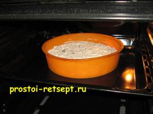 Творожная запеканка с изюмом: ставим форму в разогретую духовку