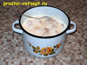 курица в кефире: залить курицу кефиром и перемешать