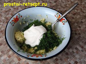картофель в духовке: добавить укроп, чеснок и сметану