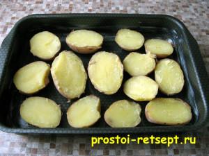 картофель в духовке: половинки картофеля кладем на противень