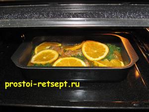 Курица с апельсинами ставится в духовку на среднюю высоту