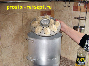 Как готовить манты: положить манты на смазанный ярус мантоварки