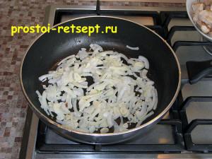 Курица в соевом соусе: обжарить вместе лук и чеснок