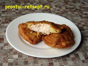 куриное филе в кляре готовое на тарелке