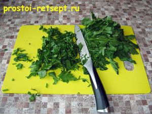 Сметанный соус: зелень вымыть и мелко нарезать