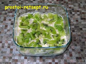 Салат с корейской морковью: выложить слой киви