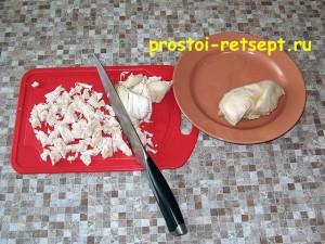Салат с корейской морковью: куриное мясо мелко нарезать