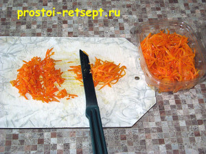 Салат с корейской морковью: морковь мелко нарезать