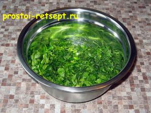 Сметанный соус: смешайте разную зелень в одной миске