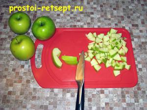 Оладьи с яблоками: яблоки вымыть и мелко нарезать