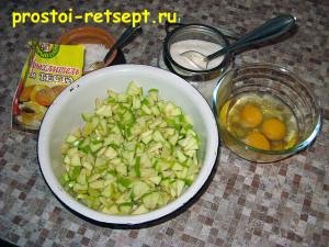 Оладьи с яблоками: добавить сахар, соль, яйца