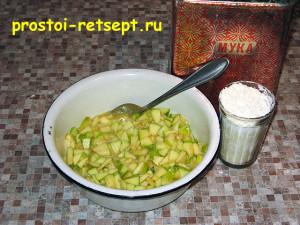 Оладьи с яблоками: добавить муку и перемешать