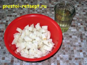 Котлеты из индейки: белых хлеб поломать и залить водой