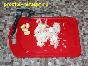 Котлеты из индейки: лук мелко нарезать