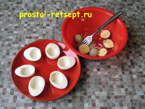 Фаршированные яйца: яйца разрезать пополам и вынуть желтки