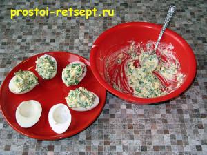 Фаршированные яйца: разложить начинку в белковые чашечки