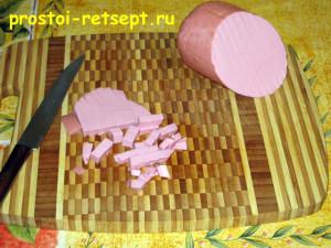 Как готовить окрошку на квасе: колбасу или мясо нарезать кубиками