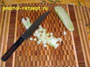 Как готовить окрошку на квасе: огурец мелко нарезать