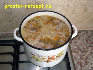 Рецепт супа с фрикадельками: в кипящую воду выложить фрикадельки