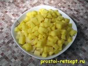 Рецепт супа с фрикадельками: картофель очистить и нарезать кубиками