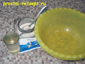 тесто для хачапури: в воду добавить сахар и дрожжи