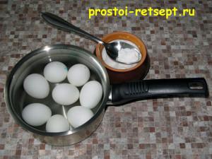 Как варить яйца вкрутую: залить холодной водой и добавить соль