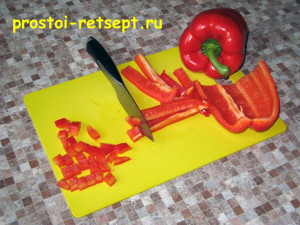 Овощная запеканка: сладкий перец нарезать кубиками