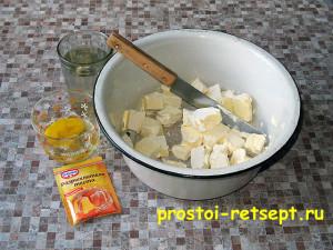пресное тесто: маргарин порезать на кусочки и растопить