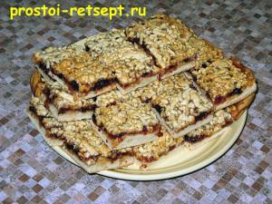 тертый пирог с вареньем на блюде
