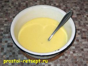 тертый пирог: добавить яйца и соду